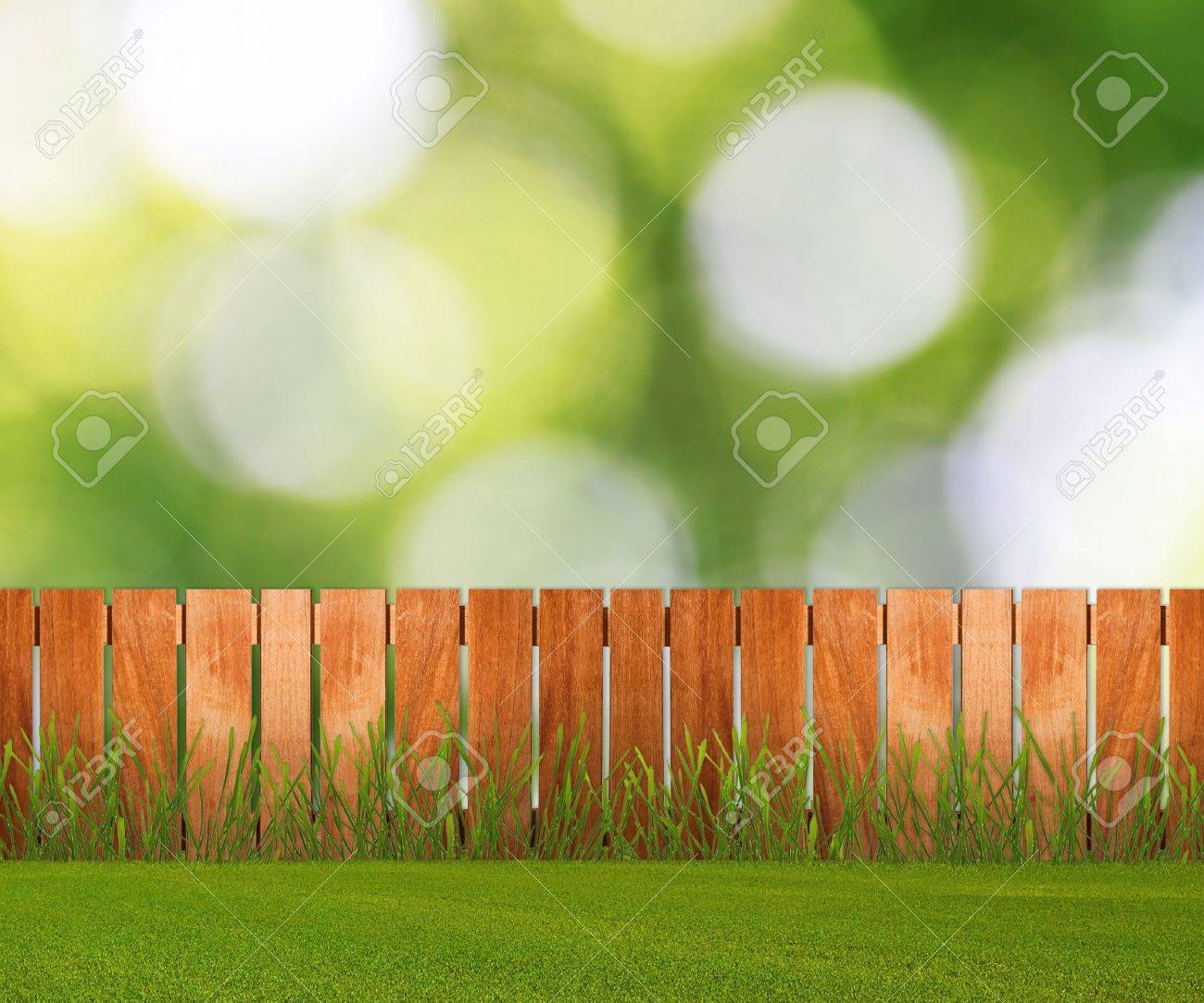Mattoni Per Recinzione Giardino.Verde Erba In Giardino Con Recinzione In Prossimita Del Muro Di Mattoni