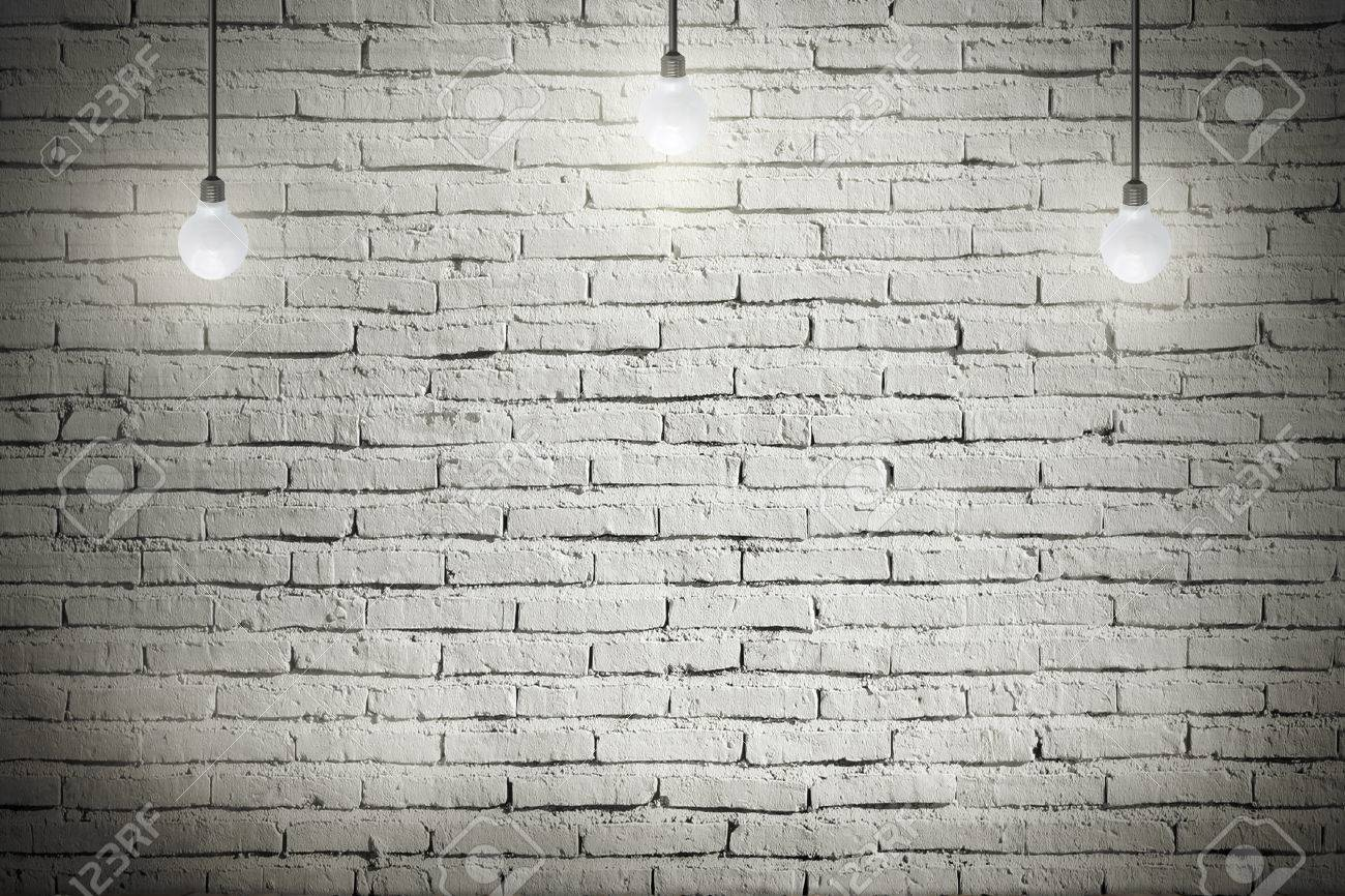Banque Du0027images   Intérieur Industriel Avec Plancher En Bois Et En Brique  Mur Blanc Et De La Lumière De Lu0027ampoule Sur Le Toit