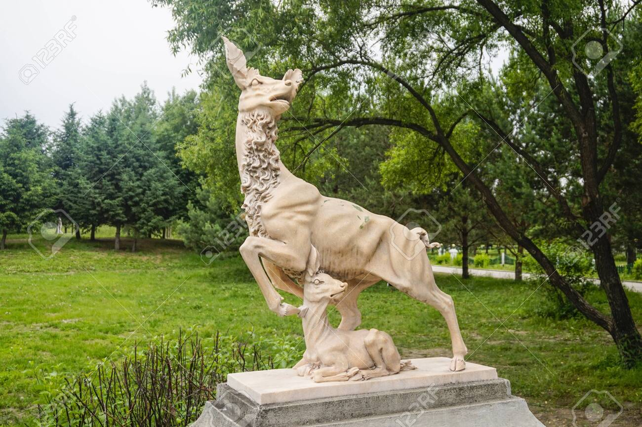 Deer carving sculpture - 127406814