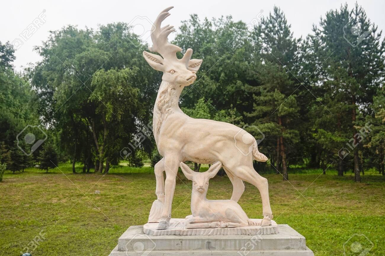 Deer carving sculpture - 127407354
