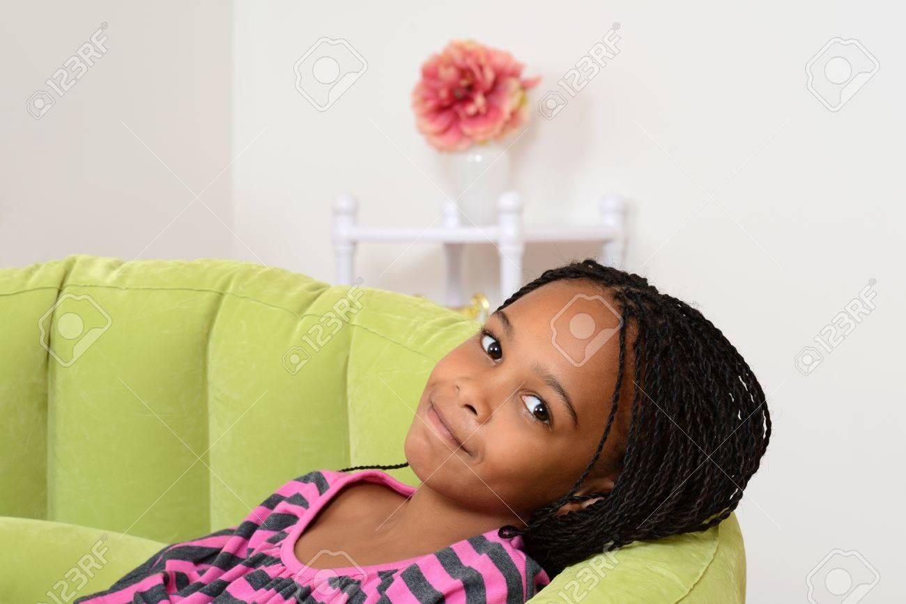 Junge Schwarze Kind Entspannung In Grüner Stuhl Lizenzfreie Fotos