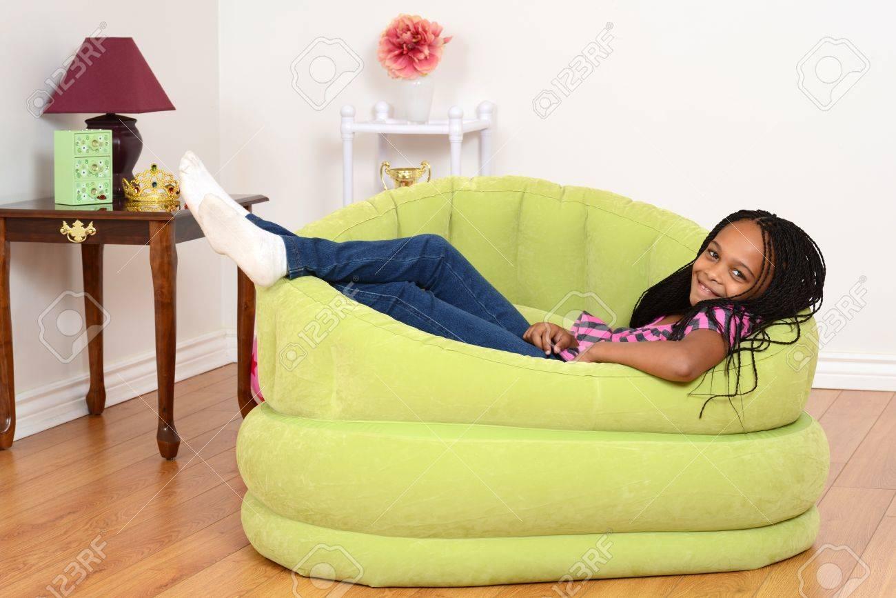 South African Kind Entspannung In Grüner Stuhl Lizenzfreie Fotos