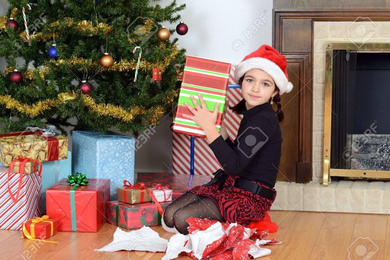 Junge Mädchen Schüttelte Weihnachtsgeschenk Lizenzfreie Fotos ...