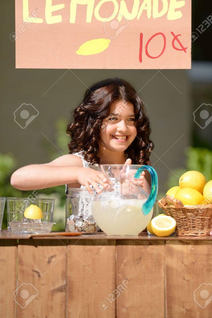 little girl lemonade stand - 21381706