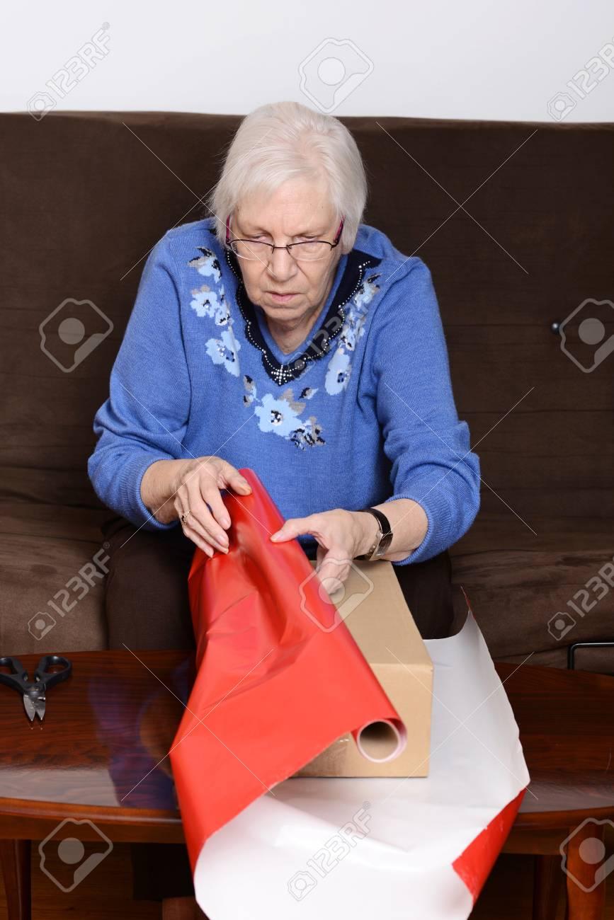 Femme âgée Emballage Cadeau De Noël Banque D'Images Et Photos