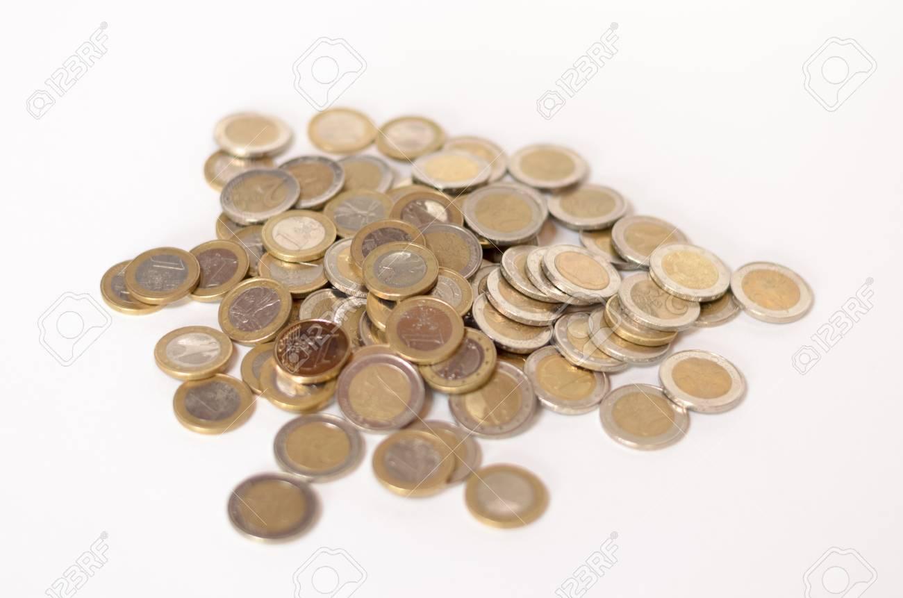 Erhöhte Ansicht Der Haufen Von Euro Münzen Auf Weißem Hintergrund