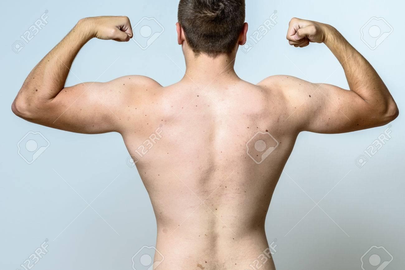 Fit Muskulöser Junger Mann Beugt Seine Muskeln, Die Arme Mit ...