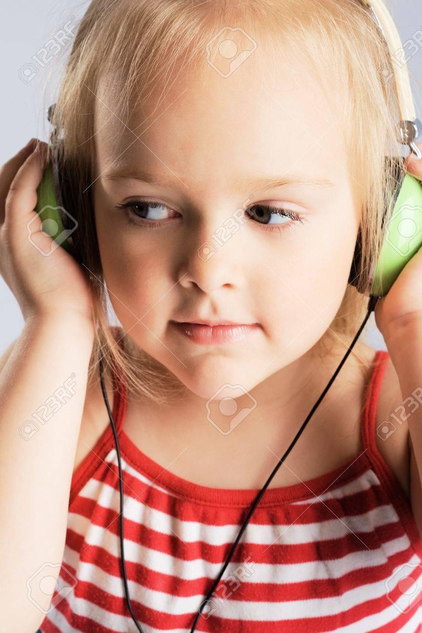 картинки девочка слушает музыку