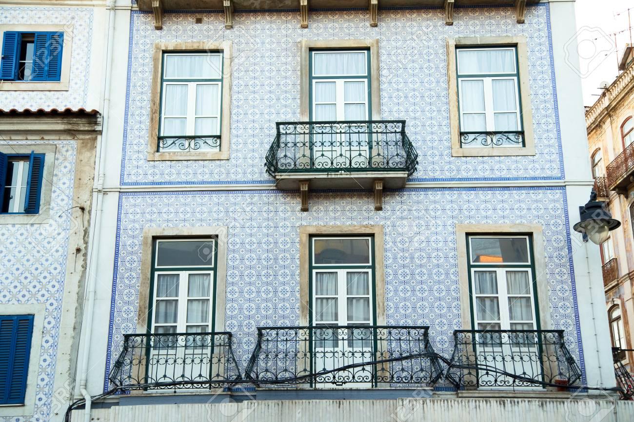 Casa di città portoghese con azulejos piastrelle foto royalty