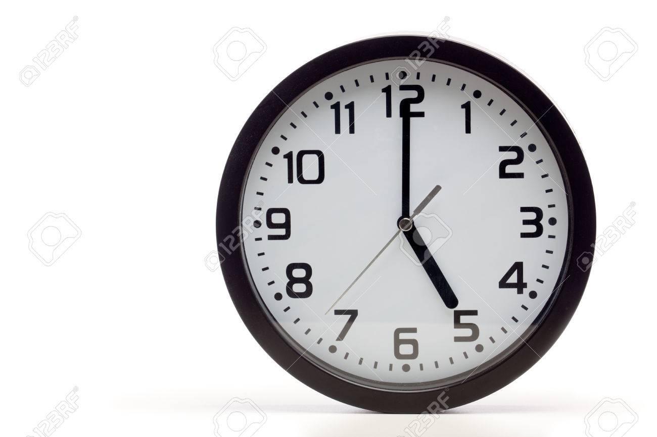 Horloge analogique avec cadre noir montrant heures comme fin