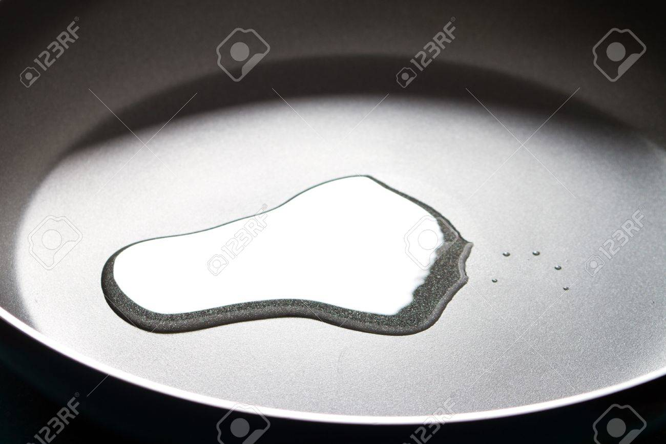 cooking oil in non-stick pan Stock Photo - 9224924