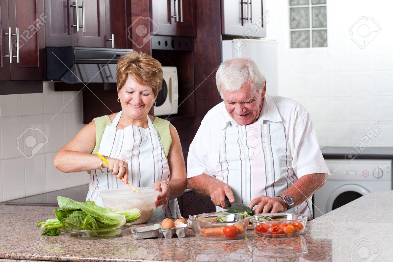 cuisine couple de personnes âgées dans la cuisine à domicile ... - Service De Cuisine A Domicile