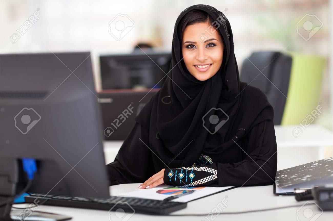 Attrayant femme d affaires moderne arabe dans les vêtements