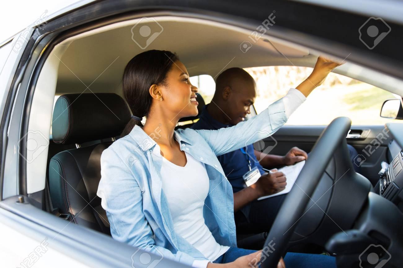 Test De Conduite >> Apprenti Conducteur Africain Reglage Retroviseur Avant Un Test De Conduite