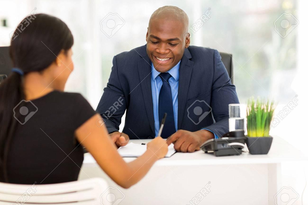 Vue Arrière De Femme Africaine La Signature Du Contrat De Travail
