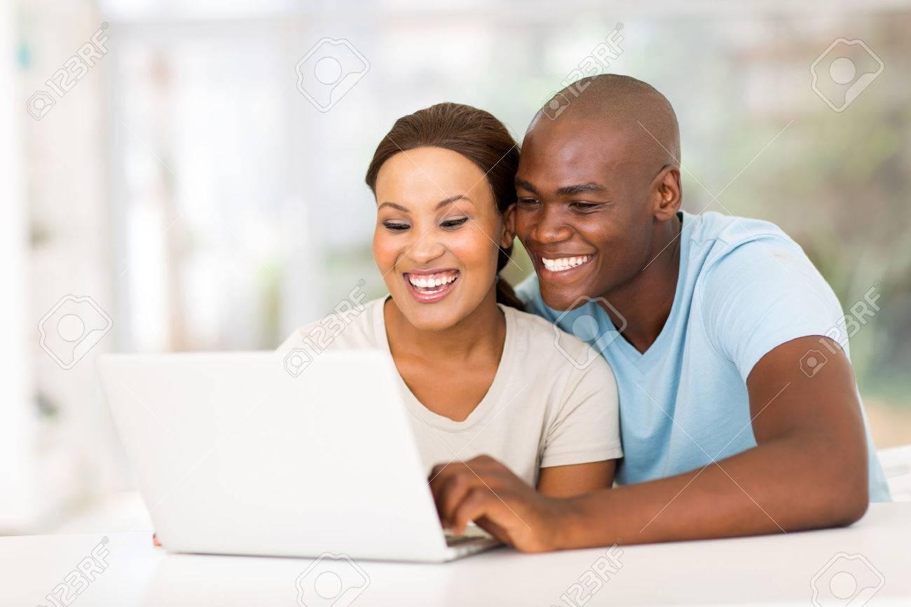 Resultado de imagem para casal no computador
