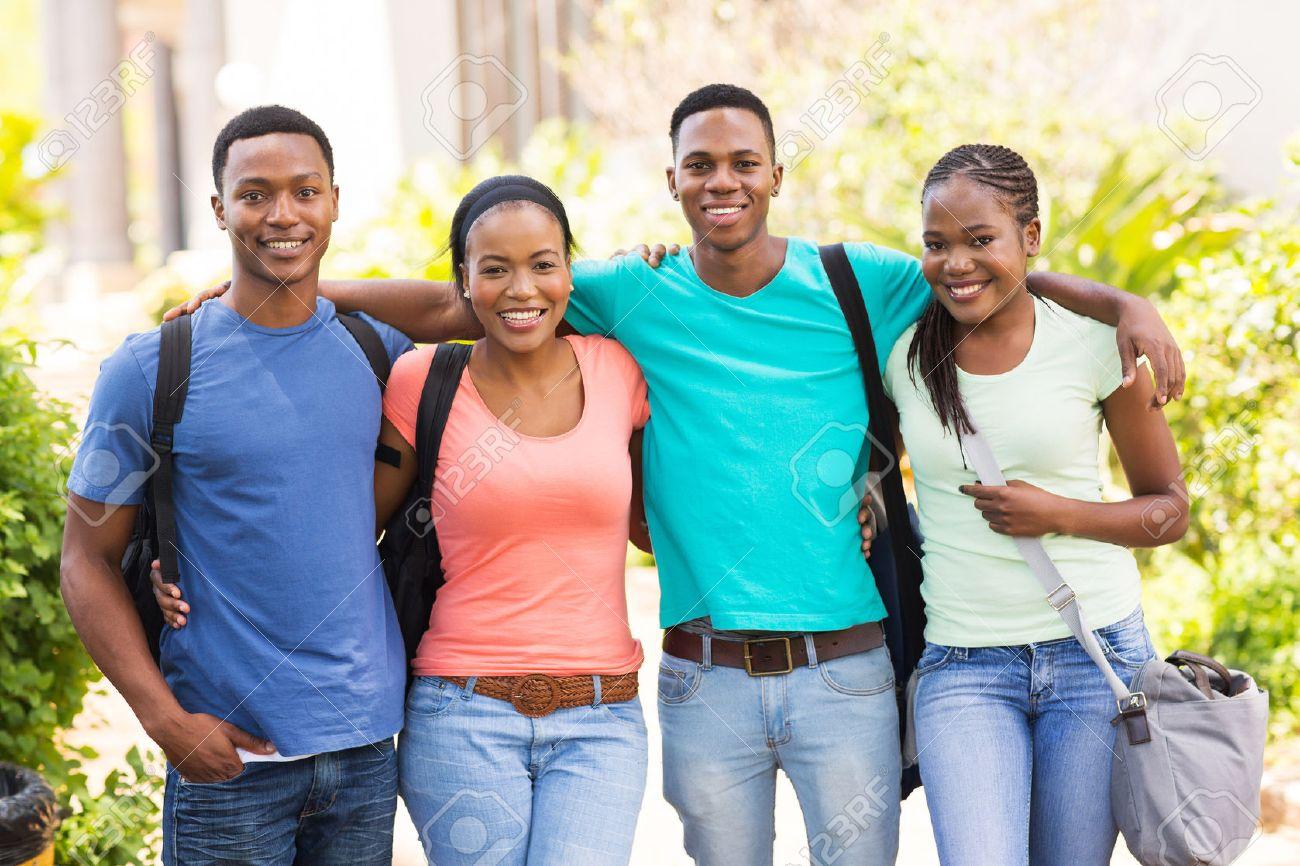 キャンパスにかわいいアフリカ系アメリカ人の大学の友人の肖像画