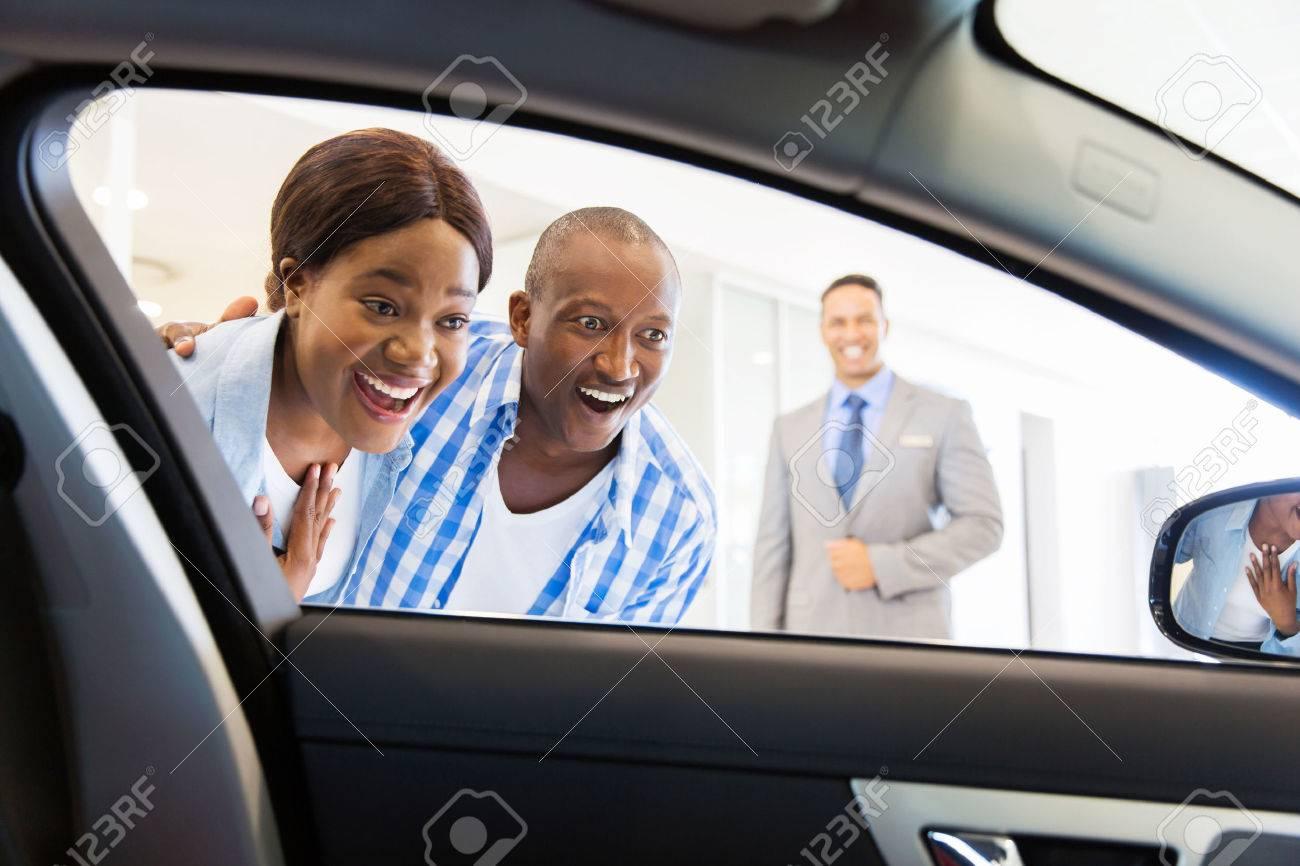 Glücklich Afrikanische Paar Luxus-Auto Im Fahrzeug-Händler Die Wahl ...