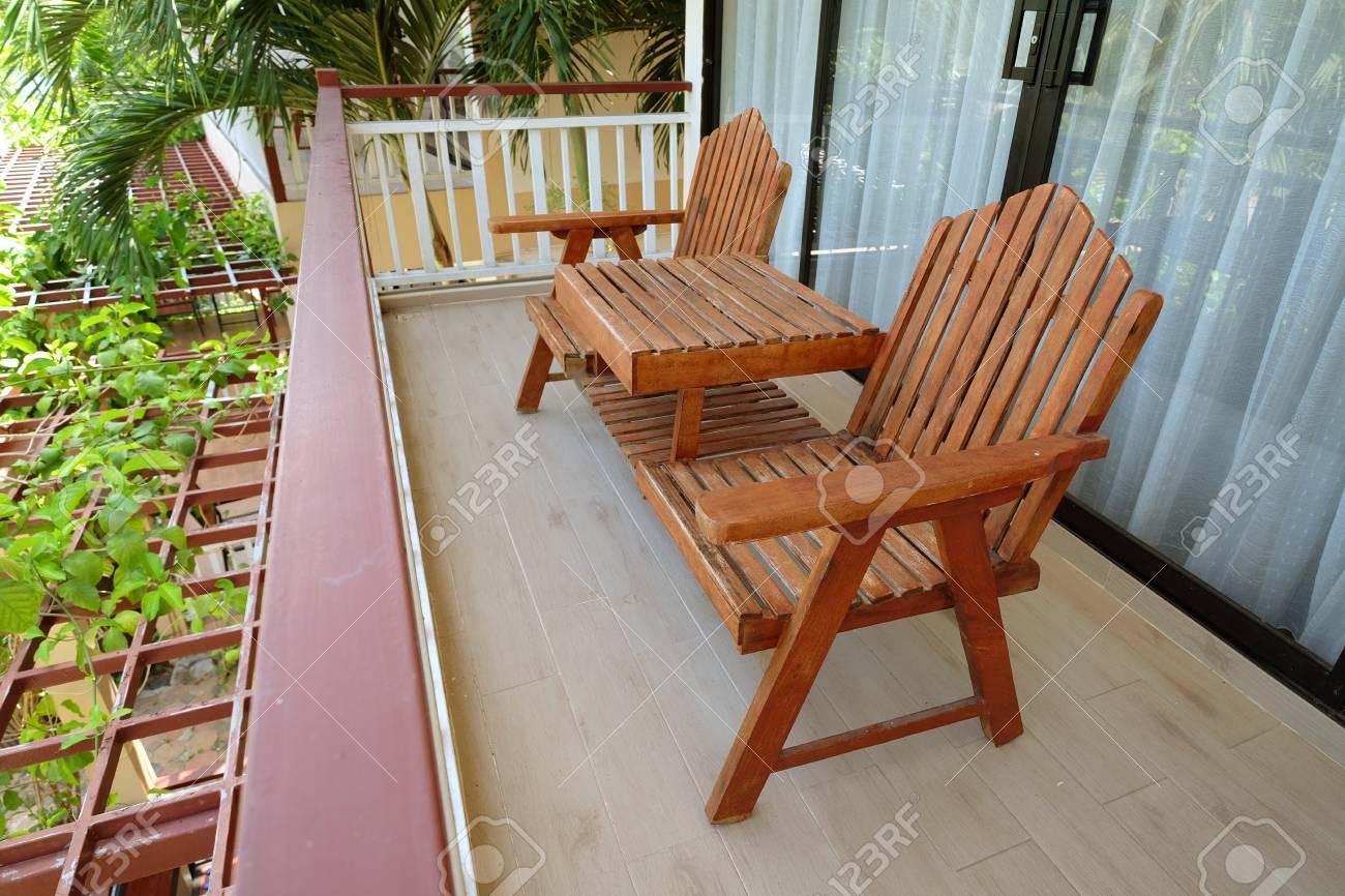 Couple De Chaises En Bois Au Balcon Terrasse Sur Le Sol En Deuxieme Etage A L 39 Interieur De La Chambre