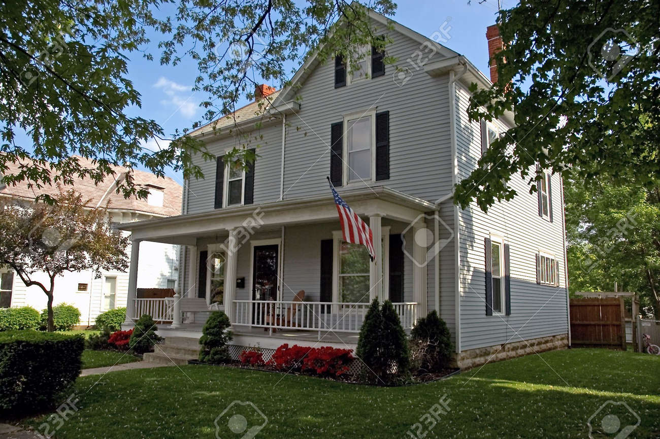 A Colonial Style House That Can Be Found Throughout The Midwest Parts Of United States