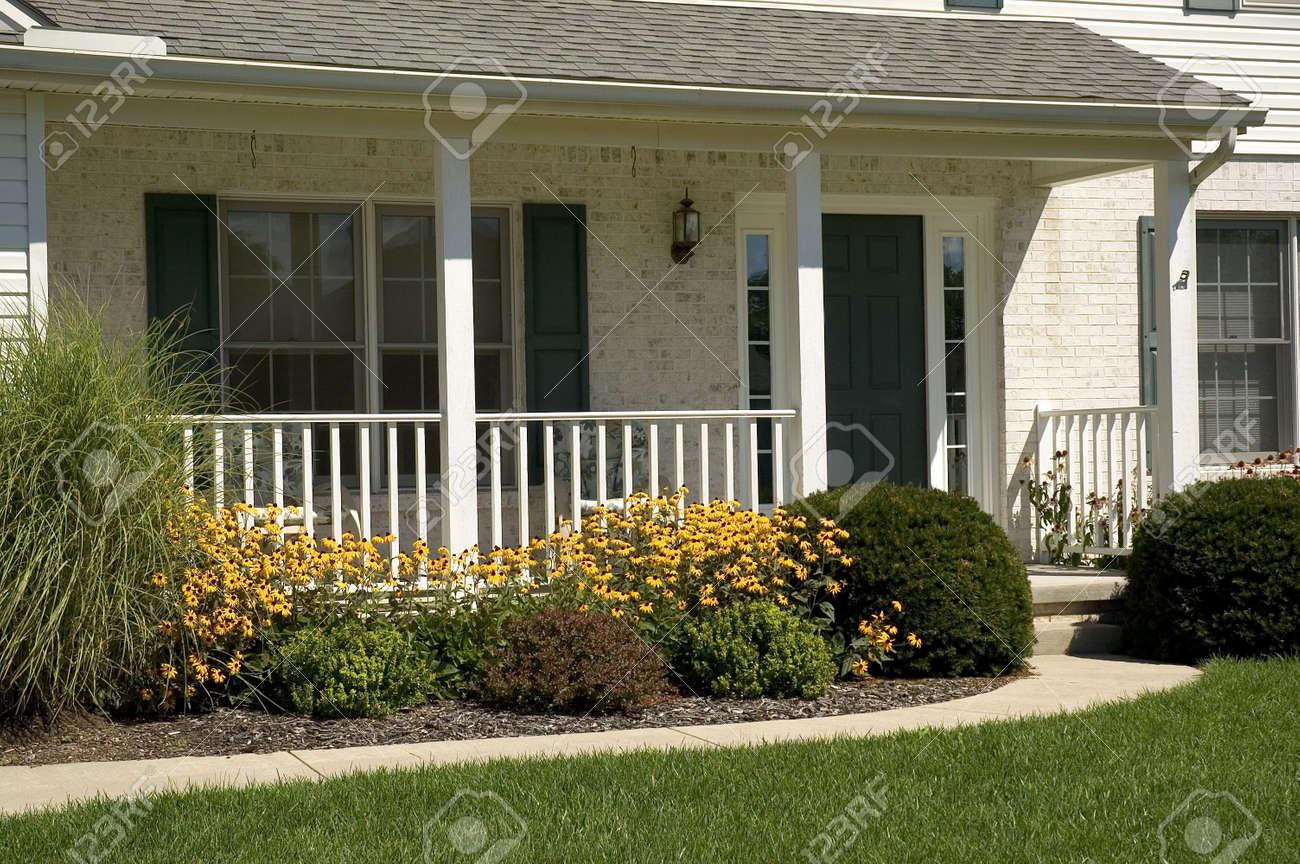 Le Porche D Une Maison porche d'entrée et d'une belle maison en briques blanches. banque d