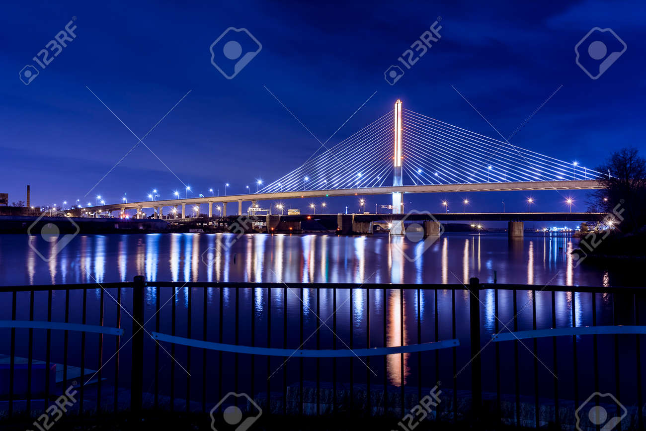 Immagini stock vista notturna del ponte veterans glass city skyway