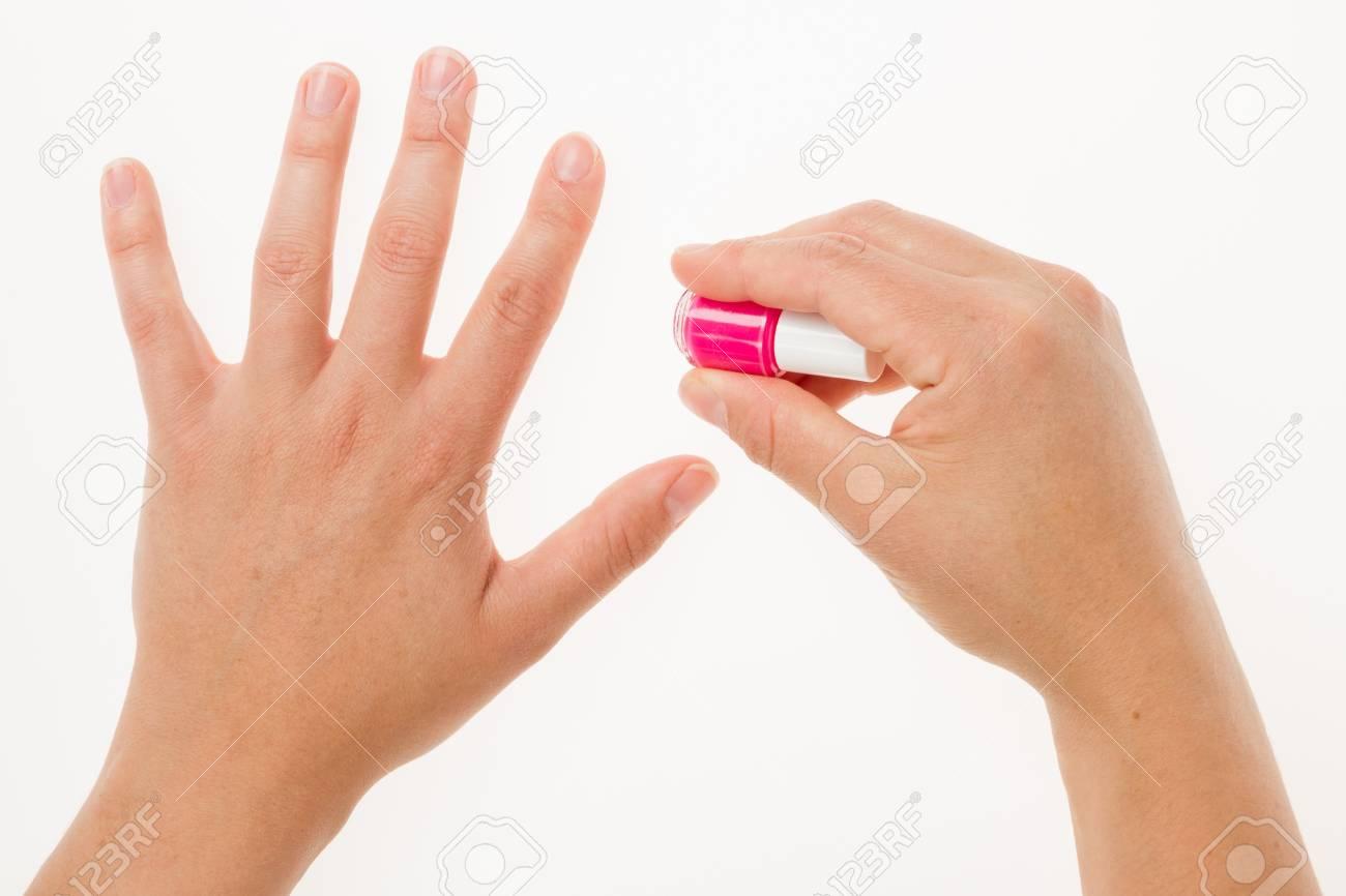Pintar Las Uñas Femeninas Con Esmalte Rosa Primer Plano Sobre Fondo Blanco