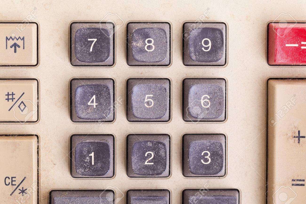 Vieux calculatrice pour faire bureau au travail couvert de