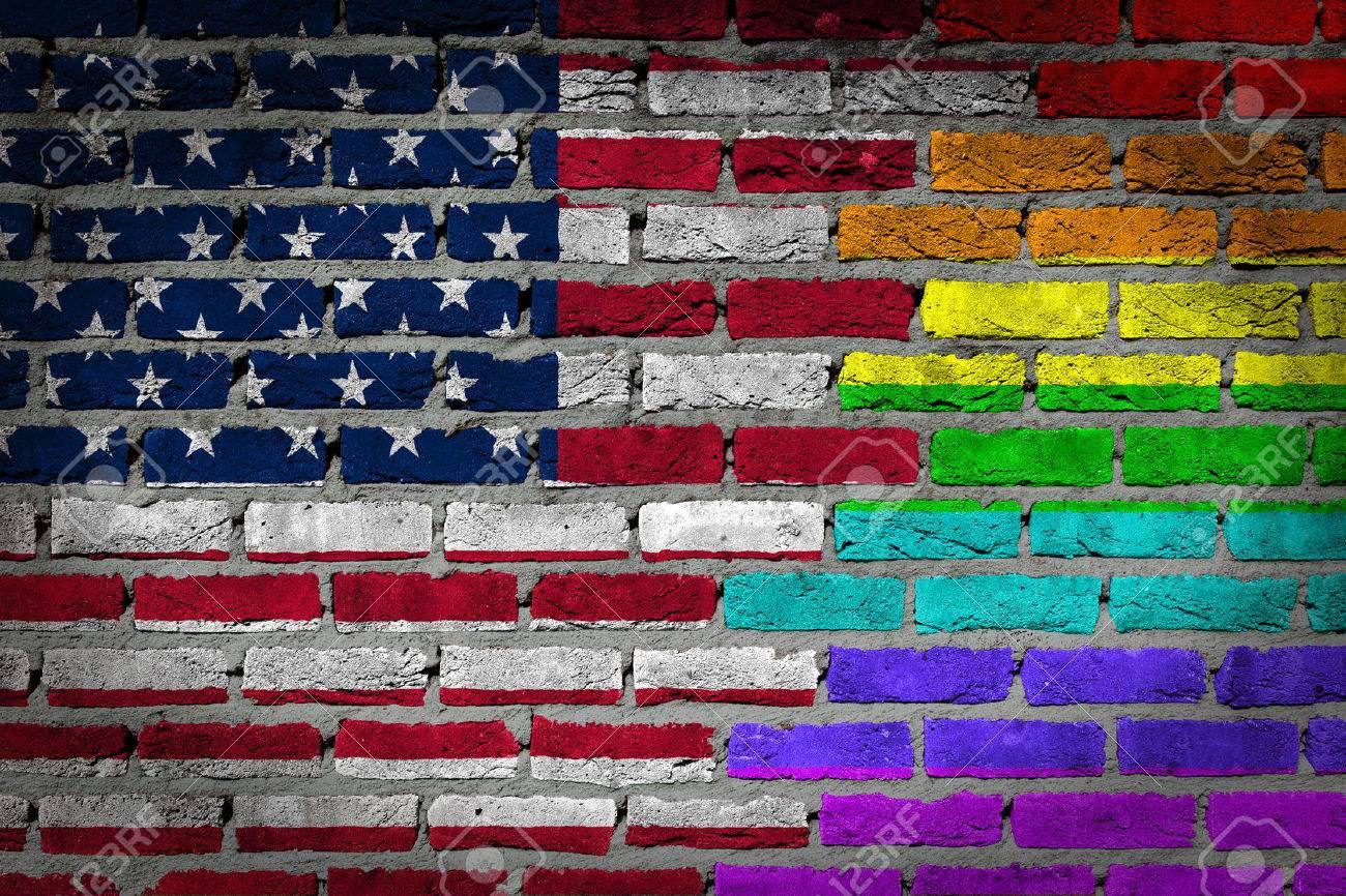 Sombre mur de briques texture - coutry drapeau et arc en ciel drapeau peint sur le mur - Banque d'images - 31544143