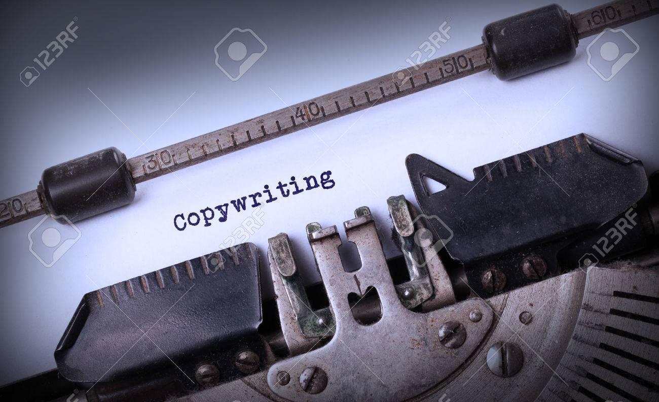 Inscription Vintage faite par vieille machine à écrire, Rédaction Banque d'images - 32073016