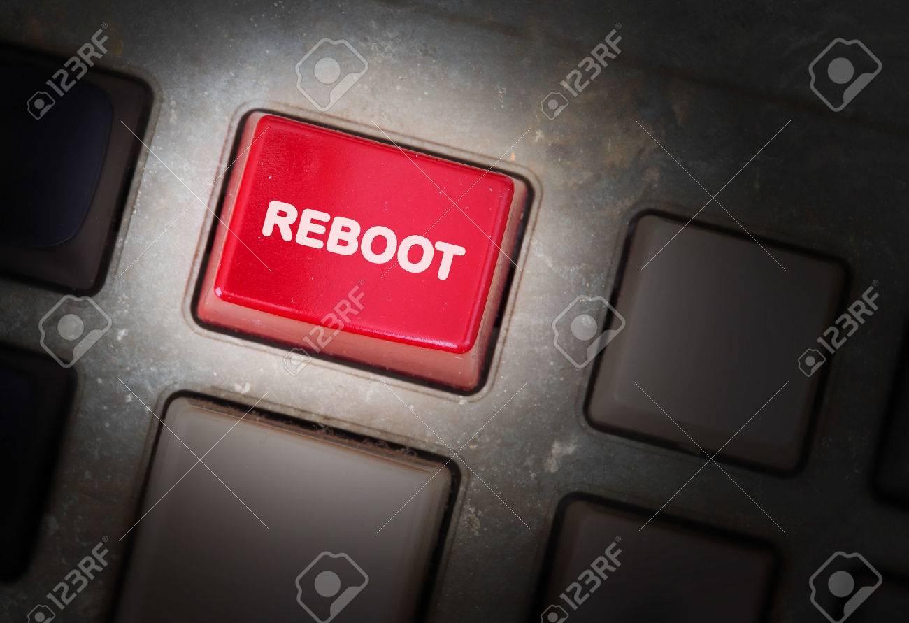 Bouton rouge sur un panneau sale vieux, mise au point sélective - redémarrage Banque d'images - 33657381