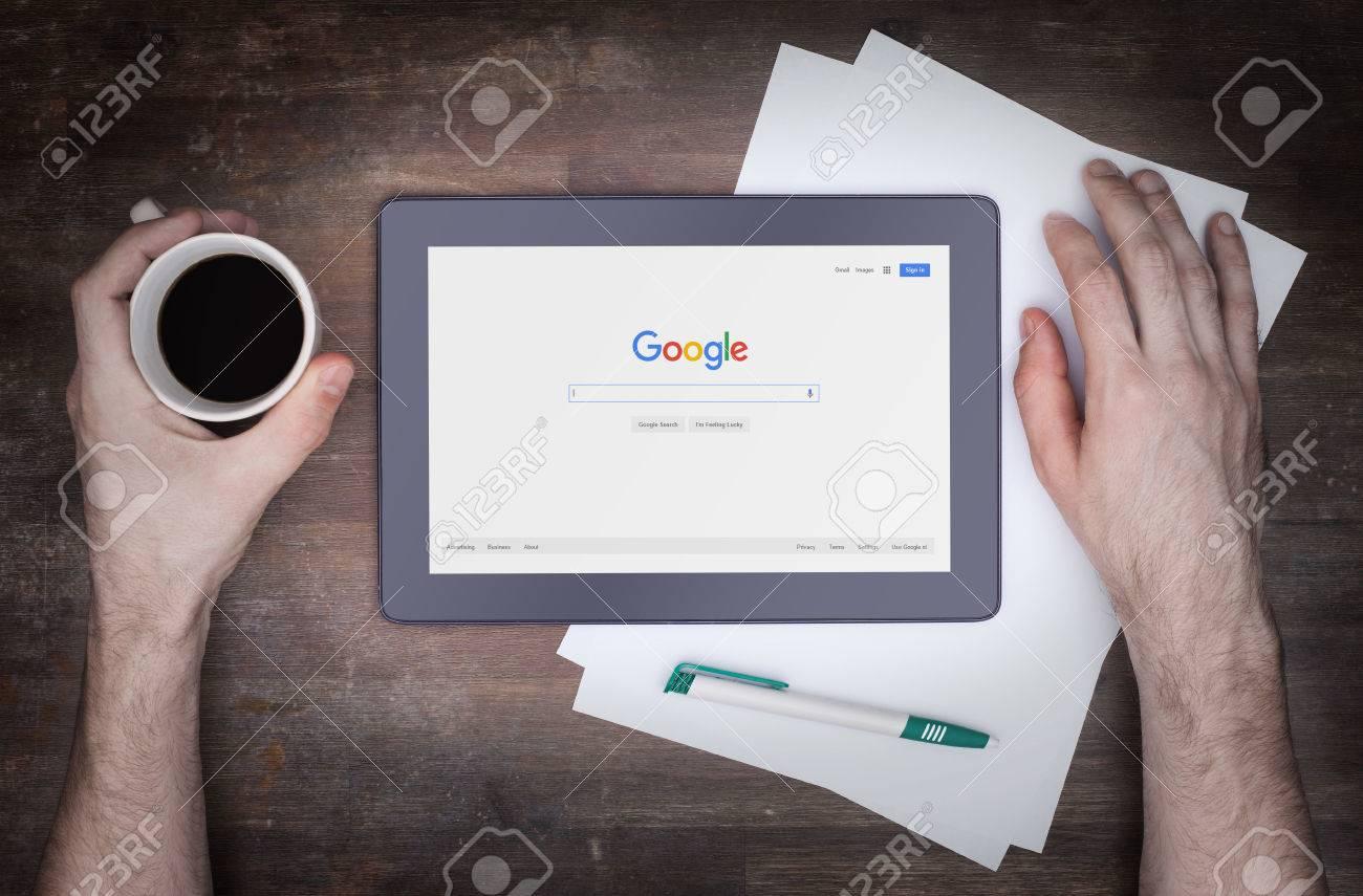 Heerenveen, PAYS-BAS - 6 juin 2015: Google est une société multinationale américaine spécialisée dans les services et produits liés à Internet. La plupart de ses profits sont tirés à partir d'AdWords. Banque d'images - 49531253