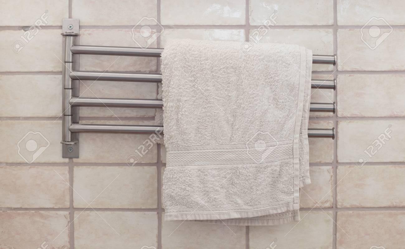 Porta asciugamani in metallo in un bagno moderno foto royalty free