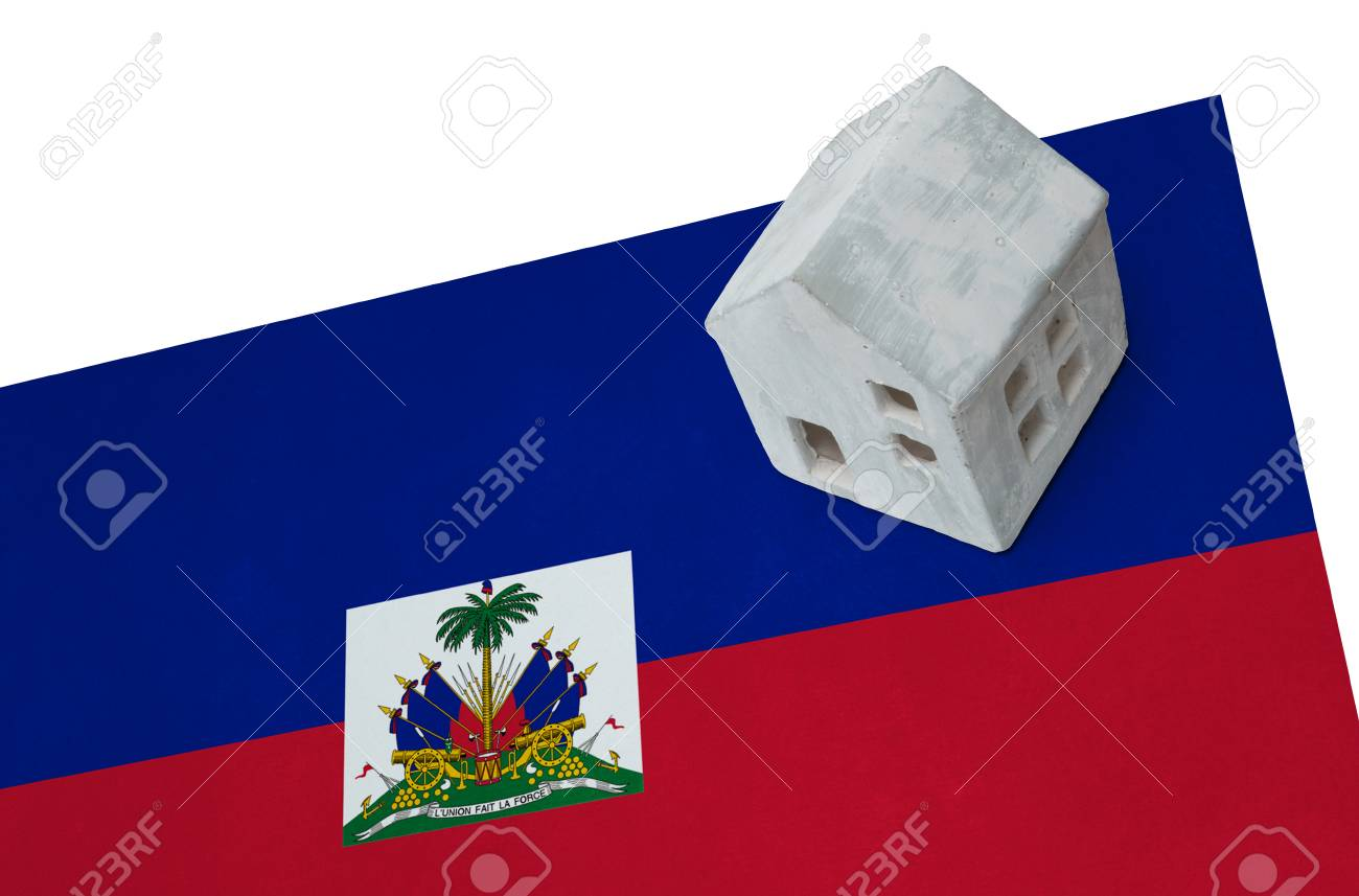Como Es Vivir En Haiti pequeña casa en una bandera - vivir o migrar a haití