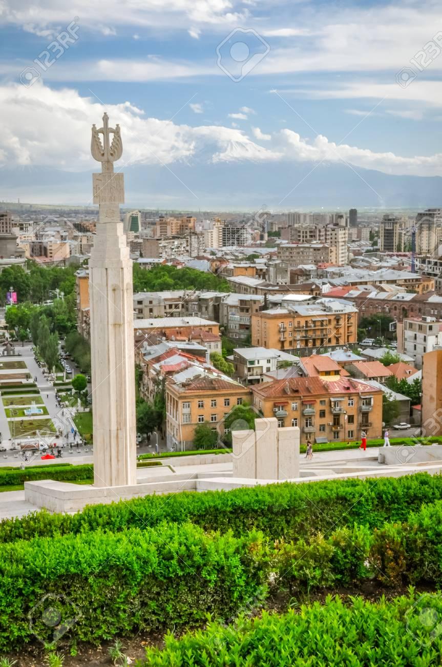 Foto Des Grossen Monuments Umgeben Von Grun Und Gebauden Der Hauptstadt Eriwan In Armenien Lizenzfreie Fotos Bilder Und Stock Fotografie Image 70746822