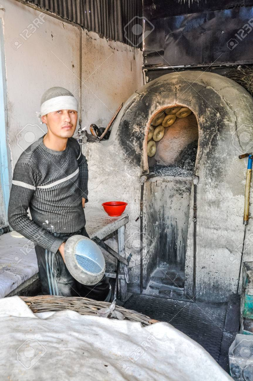c8bea6dcc359 Banque d images - Margilan, Ouzbékistan - vers juillet 2011  jeune  travailleur dans la fabrique de soie de Yodgorlik à Margilan. Documentaire  éditorial.