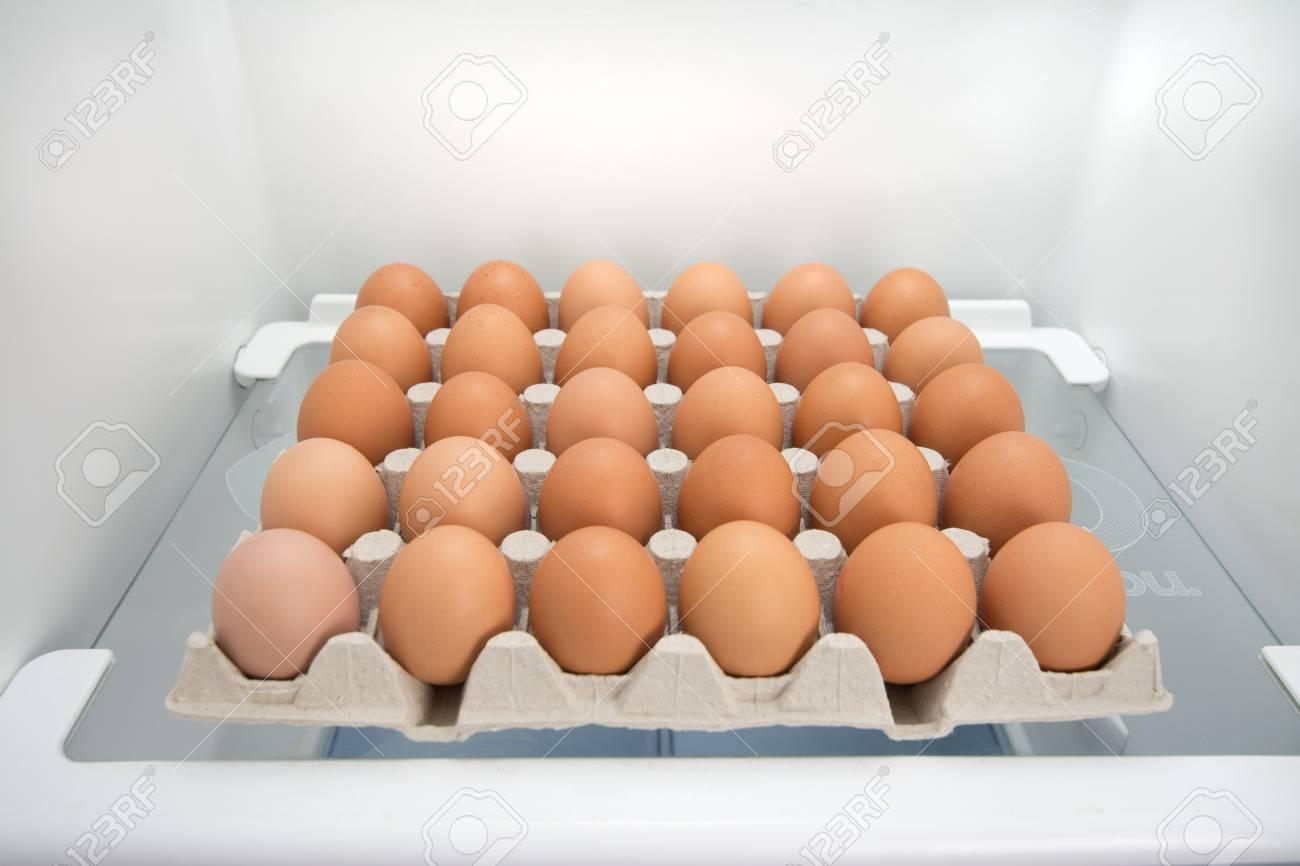 Kühlschrank Ei : Box von eiern in der auf einem kühlschrank regal lizenzfreie