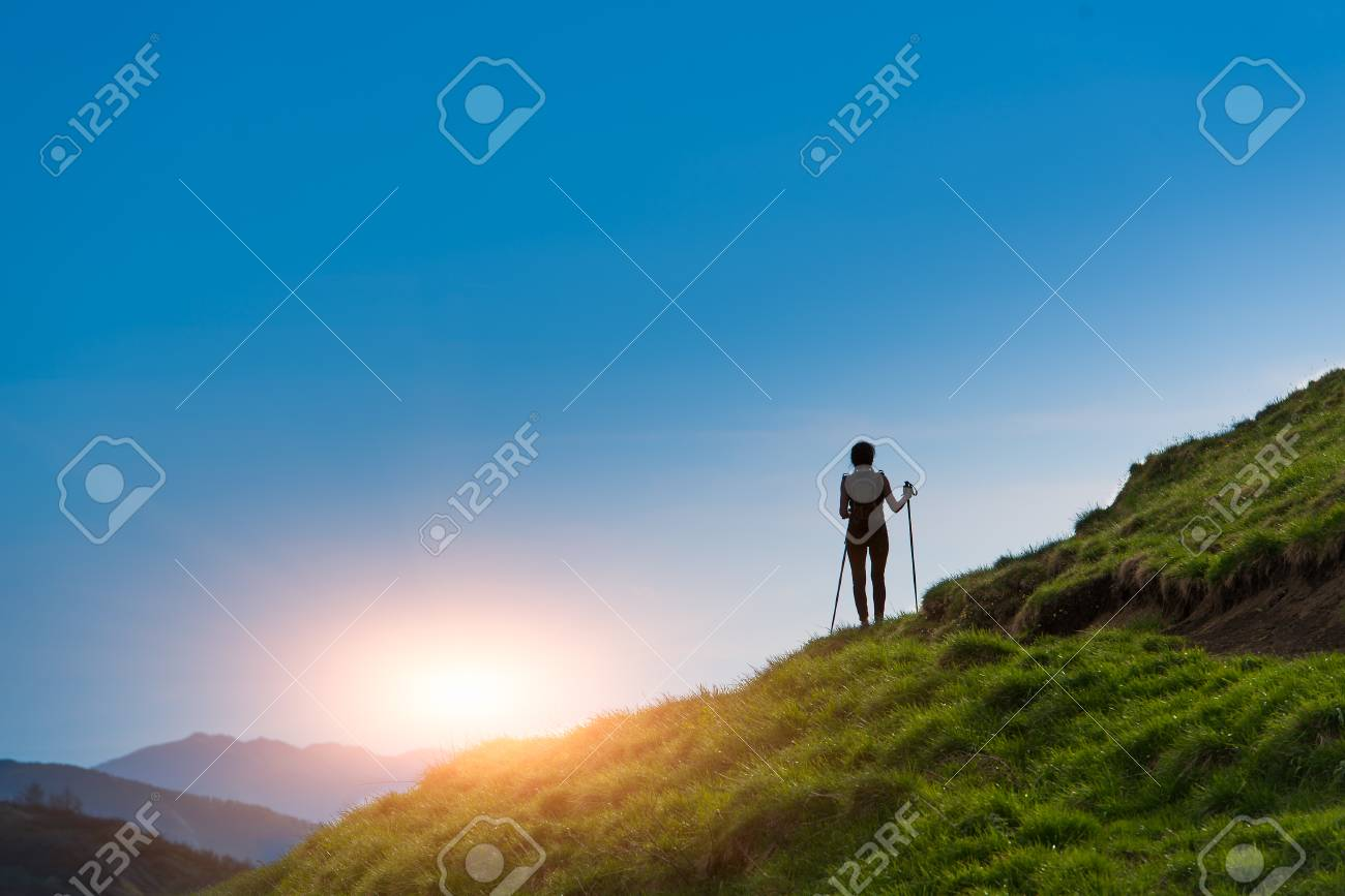 Silhouette of girl that makes trekking at sunset - 40015543