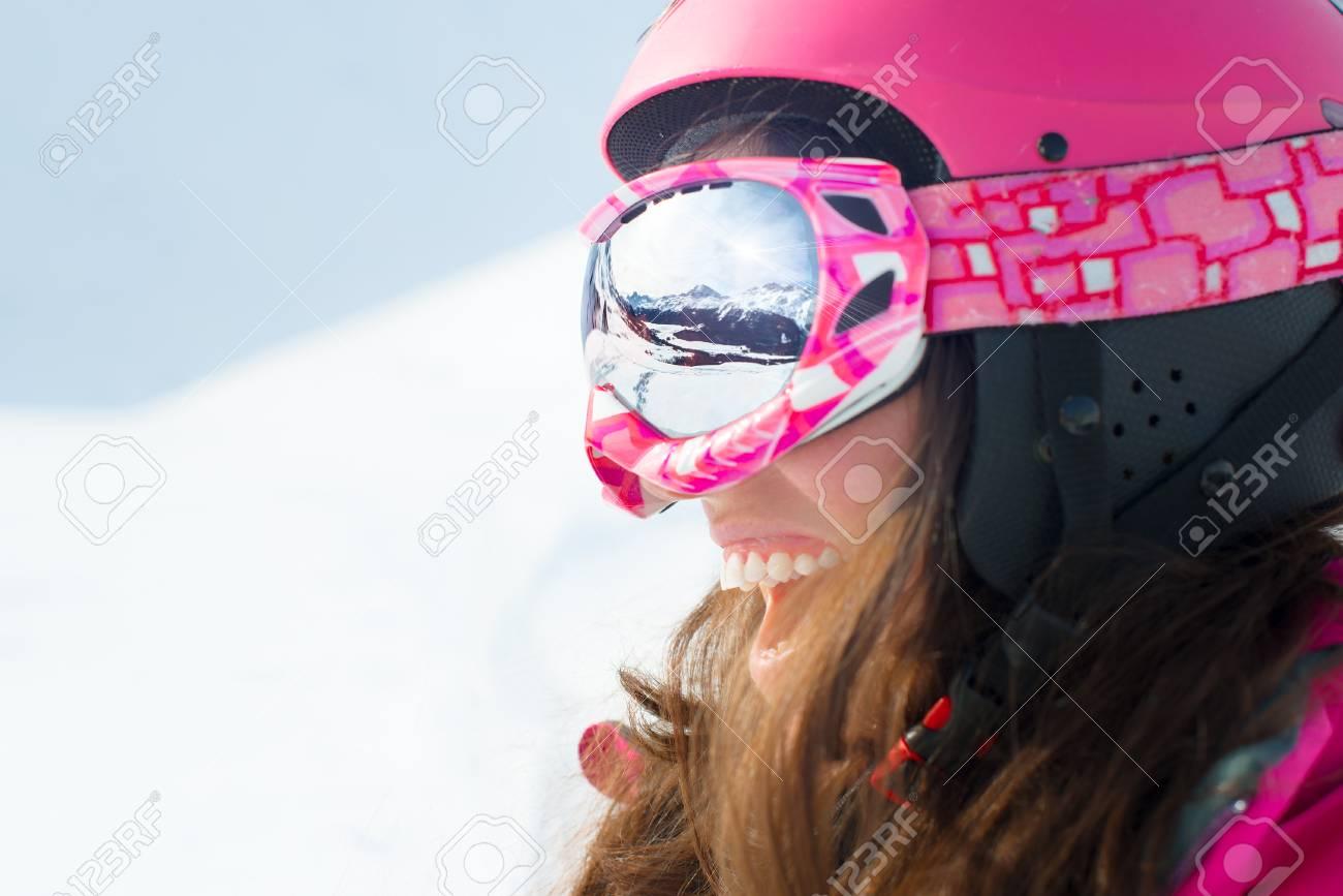 En Skis Souriant Réflexion Des SkiLa Et Lunettes Skieur Femme De Montagnes Avec Portant Panorama MqSVUzGLp