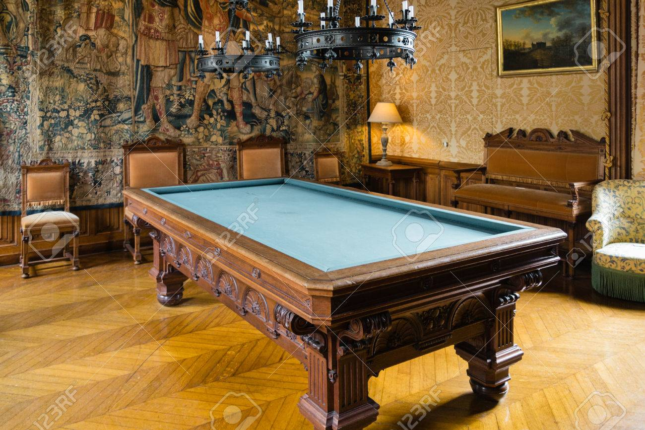 Billiard room in the castle Banque d'images - 33914150