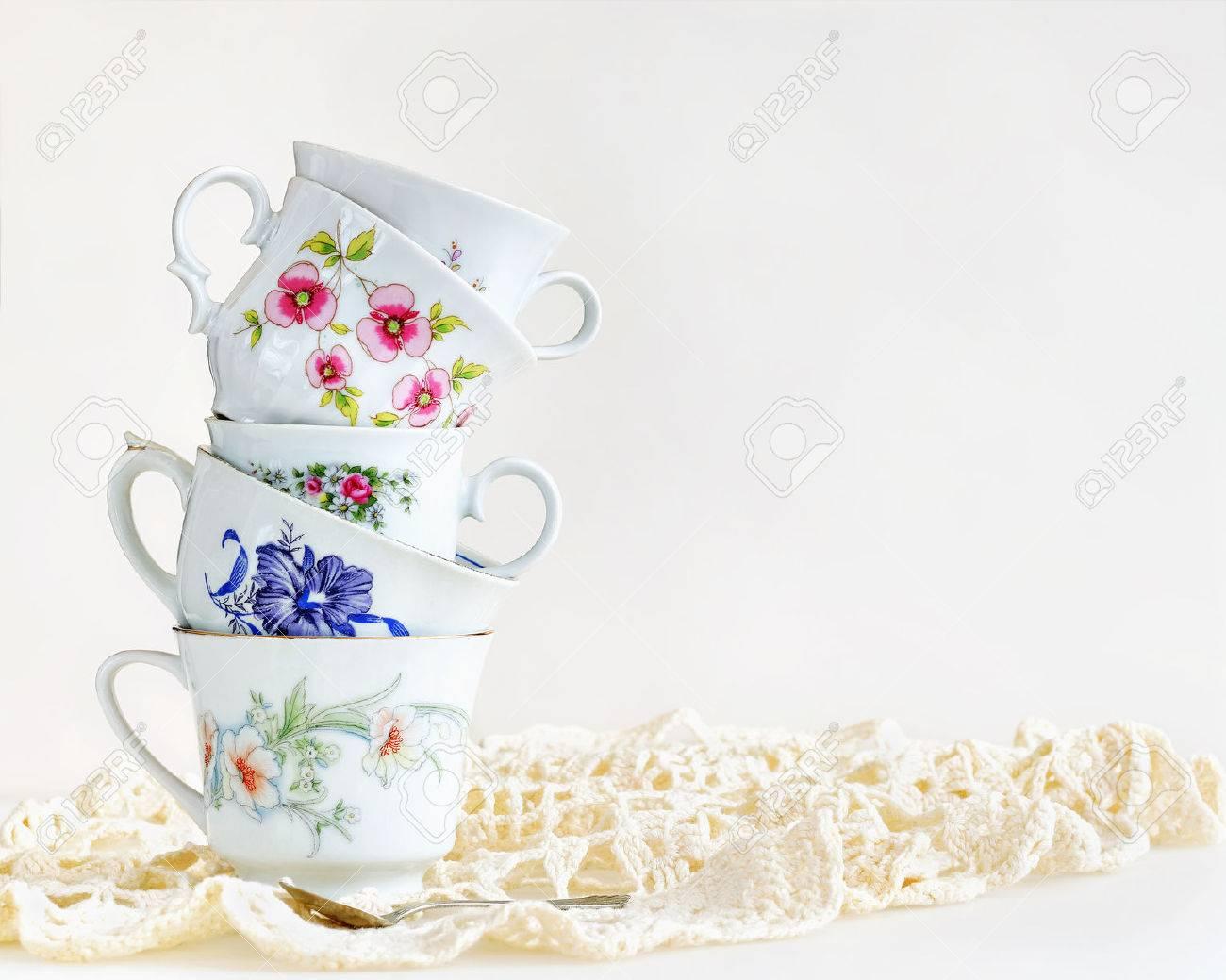 Stapel Weinlese Teetassen Für High Tea Auf Weiß Lizenzfreie Fotos ...