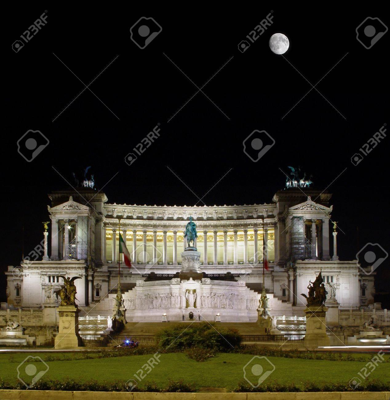 Grand Monument Rome Gâteau De Mariage à Fond Noir De Ciel Et De La Lune Piazza Venezia Rome Italie