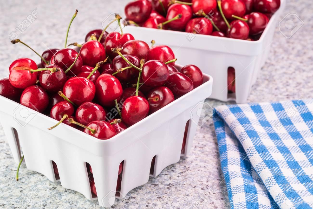 Schließen Sie Oben Von Den Seifern Mit Roten Organischen Kirschen ...
