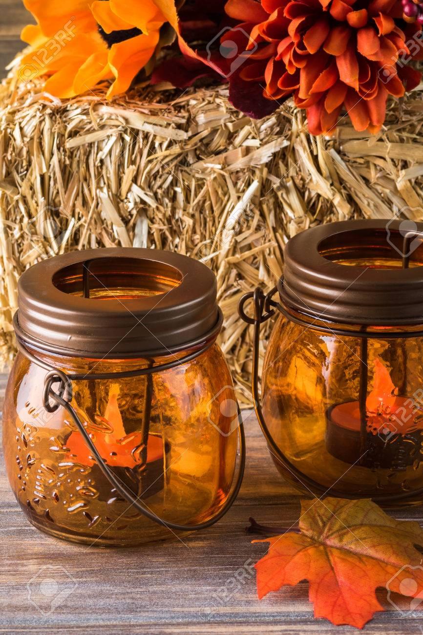 Herbst Dekor Mit Naturlichen Strohballen Kerzen Blumen Lizenzfreie Fotos Bilder Und Stock Fotografie Image 64546439