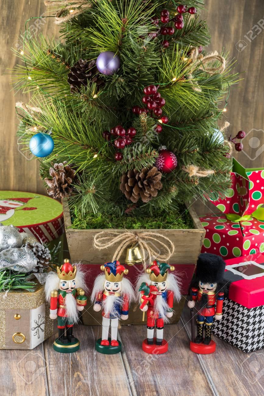 Weihnachtsgrußkarte Mit Weihnachtsbaum, Geschenk-Boxen Und ...