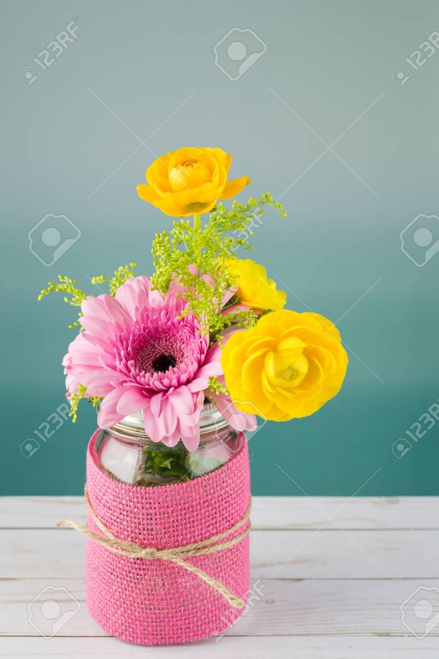 Cierre De Arreglo De Flores Con Gerbera Rosa Para El Día De La Madre