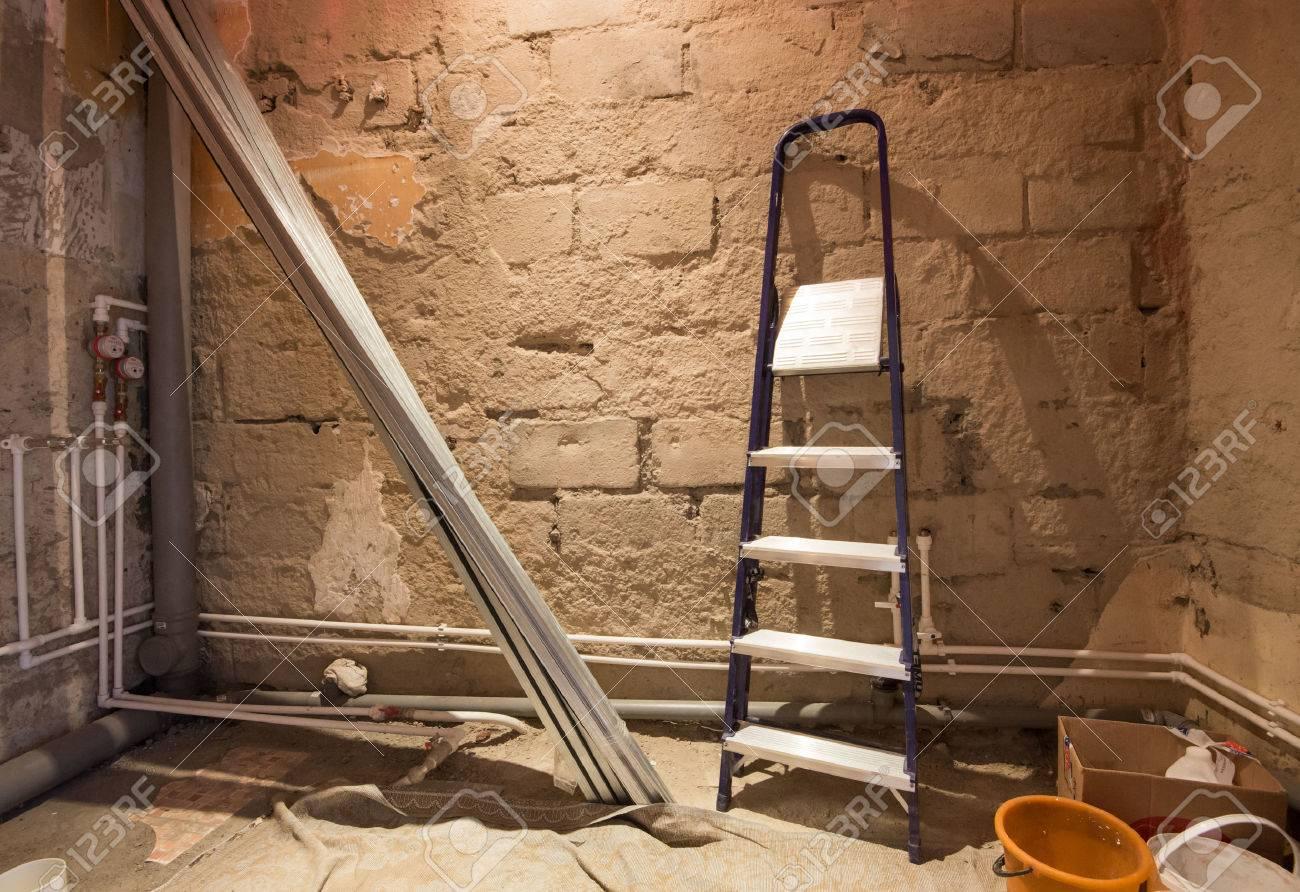 prozess der reparatur von bad (rohre, ziegel und stufen, Hause ideen