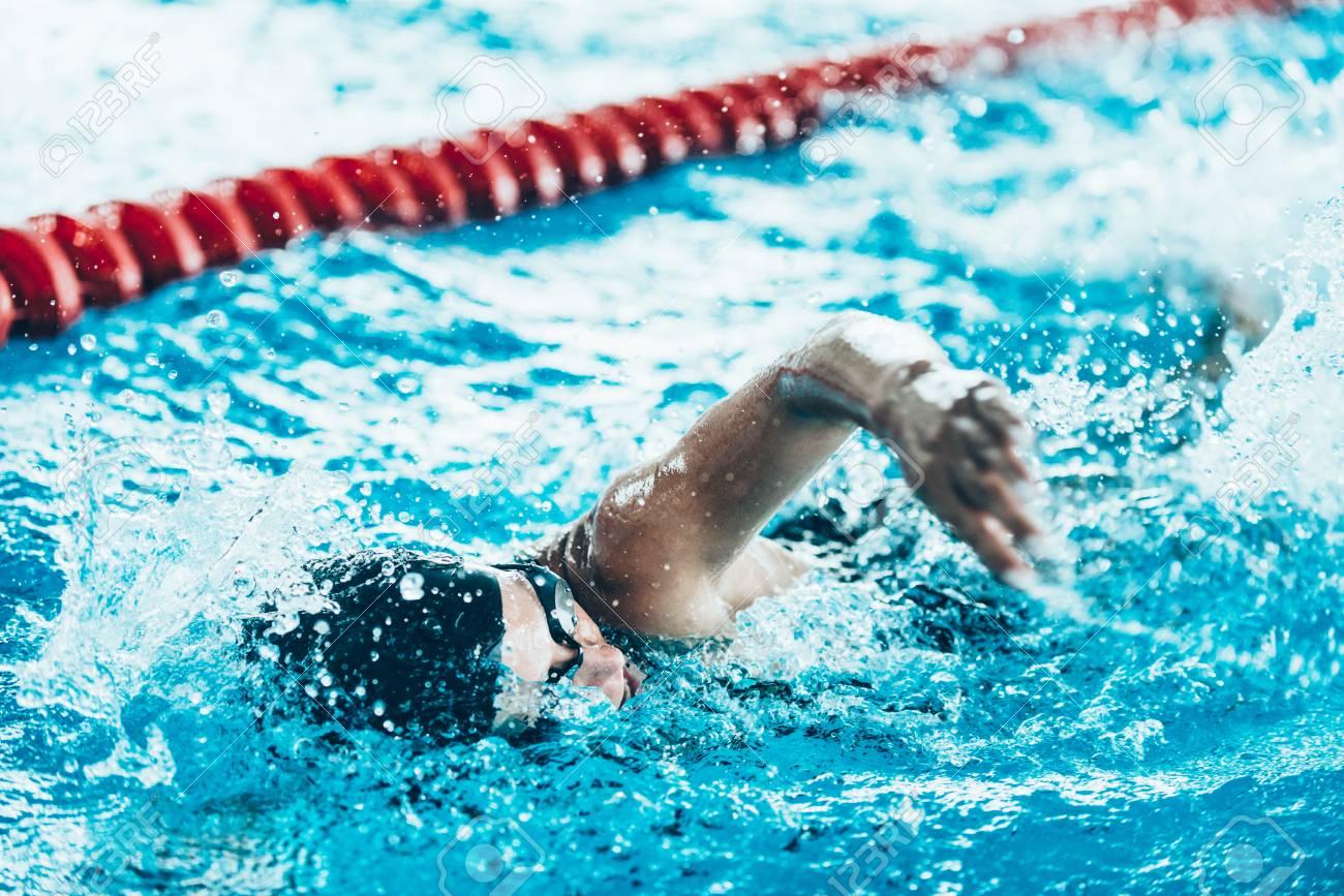 プールでクロール泳者 の写真素材・画像素材 Image 52981191.
