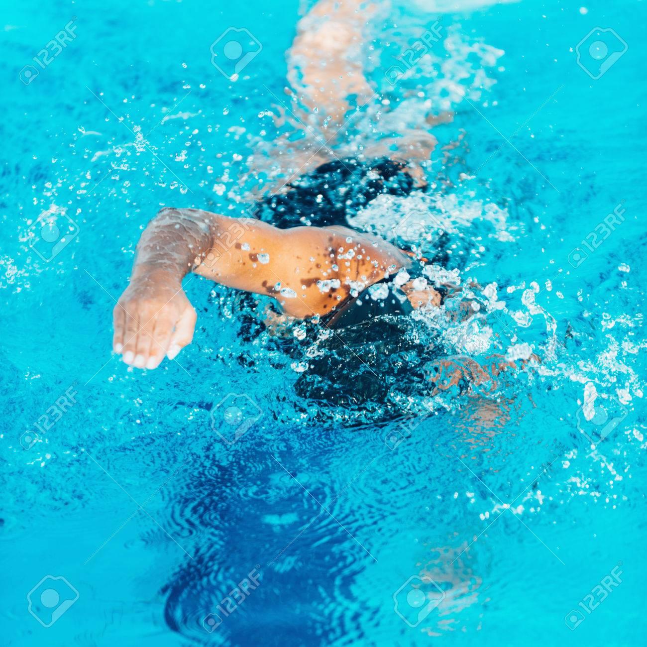 プールでクロール泳者 ロイヤリ...