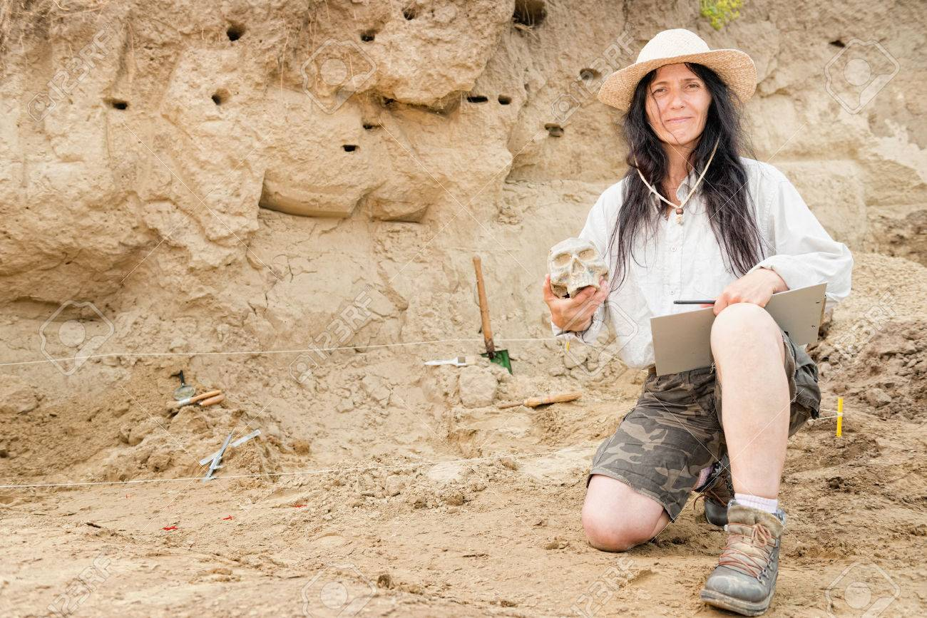 Archaeologist proudly presenting discovery at archaeological site - 53983007